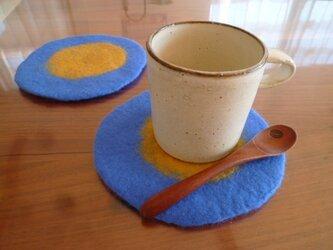 羊毛フェルトのコースター2枚セット(ブルー×マスタード)の画像