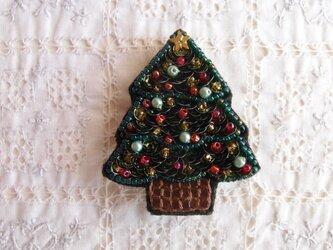 華やかなクリスマスツリーのブローチの画像