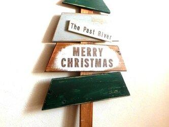 木のプレートで作ったクリスマスツリーの画像