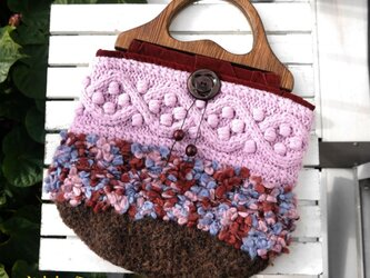 木の持ち手と丸いフォルムのピンクバッグの画像