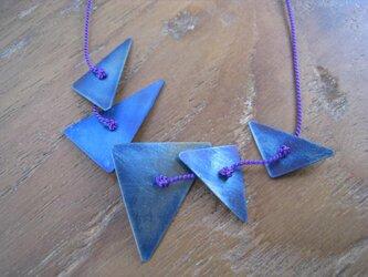 オールチタン青い三角5つネックレス(シルクコード・紫色)の画像