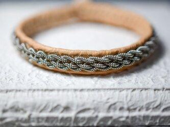 トナカイの革×ピューター糸の5つ編みブレスレット nudeの画像