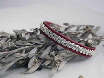 トナカイの革×ピューター糸の3つ編みブレスレット crimson redの画像