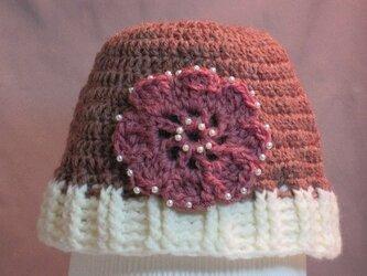 ピンクのお花(パールビーズ)モチーフ付き帽子の画像