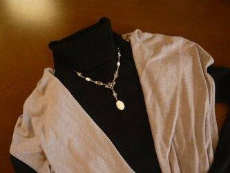 クラシカルな白薔薇のネックレスの画像