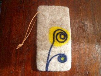 羊毛フェルトのスマホケース(ナチュラルグレージュ×フラワー)の画像