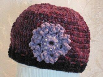 菫色のお花モチーフ付きワインカラー帽子の画像