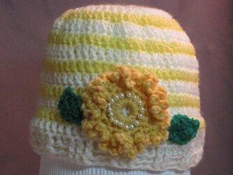 元気黄色のお花モチーフ付き帽子の画像