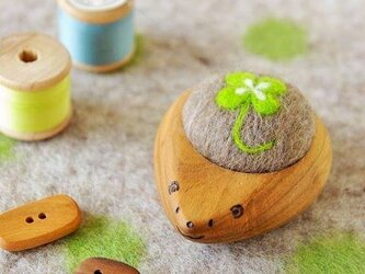 羊毛ピンクッション【針山】はりねずみ 四つ葉のクローバーの画像