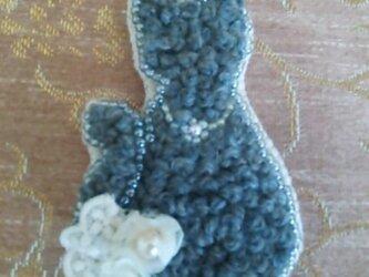 グレーな猫のブローチの画像