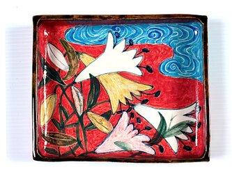百合と流水紋様(赤地)の色絵箱器の画像