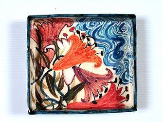 百合と流水紋様の色絵箱器の画像