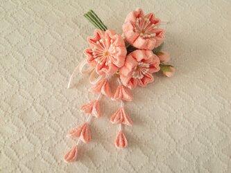 〈つまみ細工〉藤下がり付き桜三輪とベルベットリボンの髪飾り(サーモンピンク)の画像