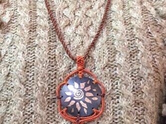 銅とマクラメのネックレス 太陽の画像