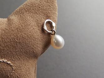 銀の輪と卵型パールのピアスの画像
