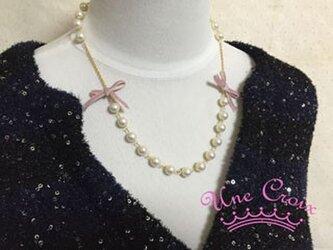 ピンクのリボンをプラスしたパールネックレスの画像