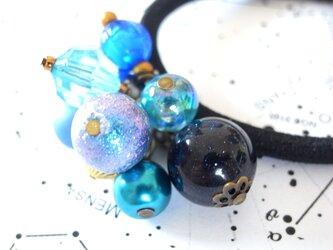 星空を閉じ込めた様な紺色人工石ビーズのヘアゴムの画像