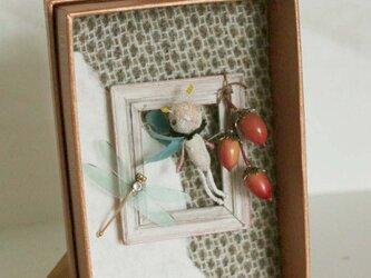 「羽虫と木の実」ートンボとどんぐりーの画像