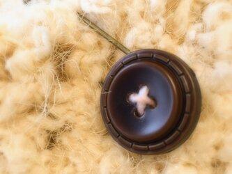 アンティークなカントリー風ボタンのストールピンの画像