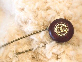 【完売】アンティークなバーガンディ色ボタンのストールピンの画像