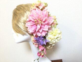 大きなピンクダリアのヘッドドレスの画像