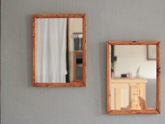 壁掛けの鏡 飴色縦長の画像