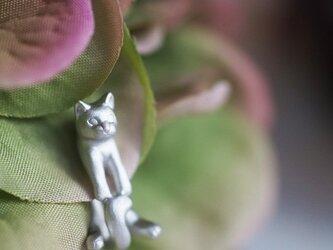 グリとラテュの猫イヤリング グリ(シルバー) 片耳の画像