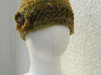 深い森のようなモスグリーン・花モチーフ付きニット帽子の画像
