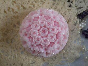 バラを囲む小さな花の輪。ソープカービングの画像