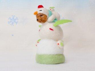 ユキウサギとお昼寝している雪だるまコグマの画像