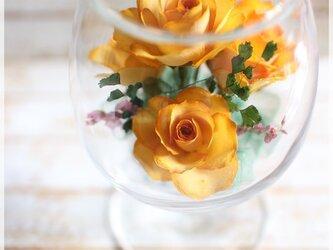 黄バラのボトルフラワー(ワイングラス)の画像