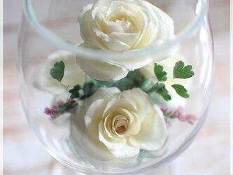 白バラのボトルフラワー(ワイングラス)の画像