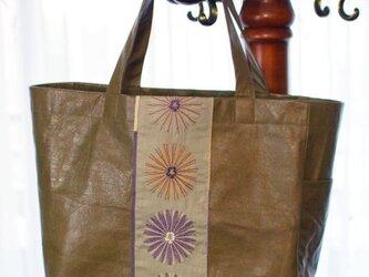 オリーブ馬革×大きな花刺繍の軽量トートバッグの画像