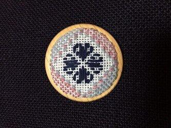 刺繍木枠ブローチの画像