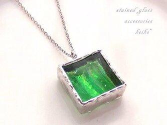 ステンドグラスのネックレス・緑色の虹色ガラスのブロックMの画像