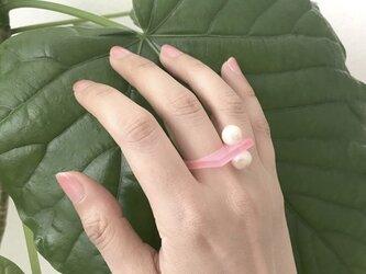 アクリルでできたコットンパールのつぶつぶシカクリング-ピンクの画像