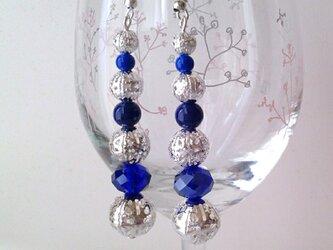 シルバーと藍色の縦長シルエット ピアスかイヤリングの画像