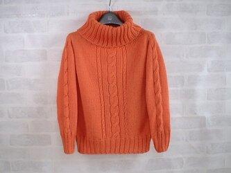 華やかオレンジのゆったりタートルネックのプルオーバーの画像