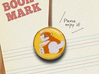 「何かに気づいた柴犬のクリップ型ブックマーク」no.220の画像