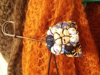花柄のスカーフ留めの画像