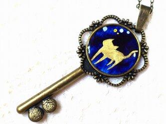 鍵と猫のアンティーク風ネックレスの画像