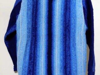 ブルーのグラデーションセーターの画像