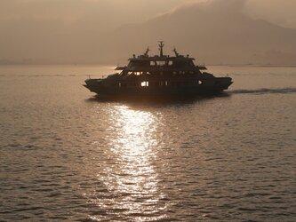 夕日と遊覧船の画像