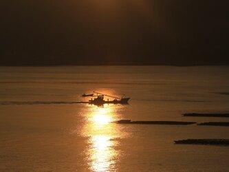 朝日と漁船の画像