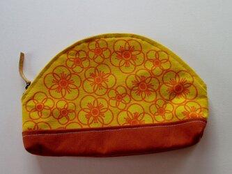 線描きのオレンジの花のポーチの画像