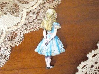 アリスの後ろ姿ブローチの画像