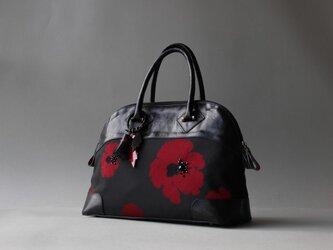 黒に真っ赤な芥子の花 羽織生地と革のラウンドボストンの画像