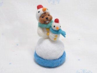 チビ雪だるまを作る雪だるまコグマの画像