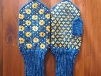 北欧伝統柄のミトン(ブルー×マスタード)の画像