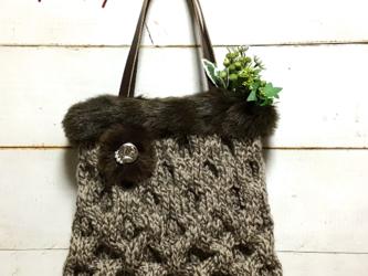 国産毛糸とファーのあったかニットバッグ(ブラウンミックス)の画像